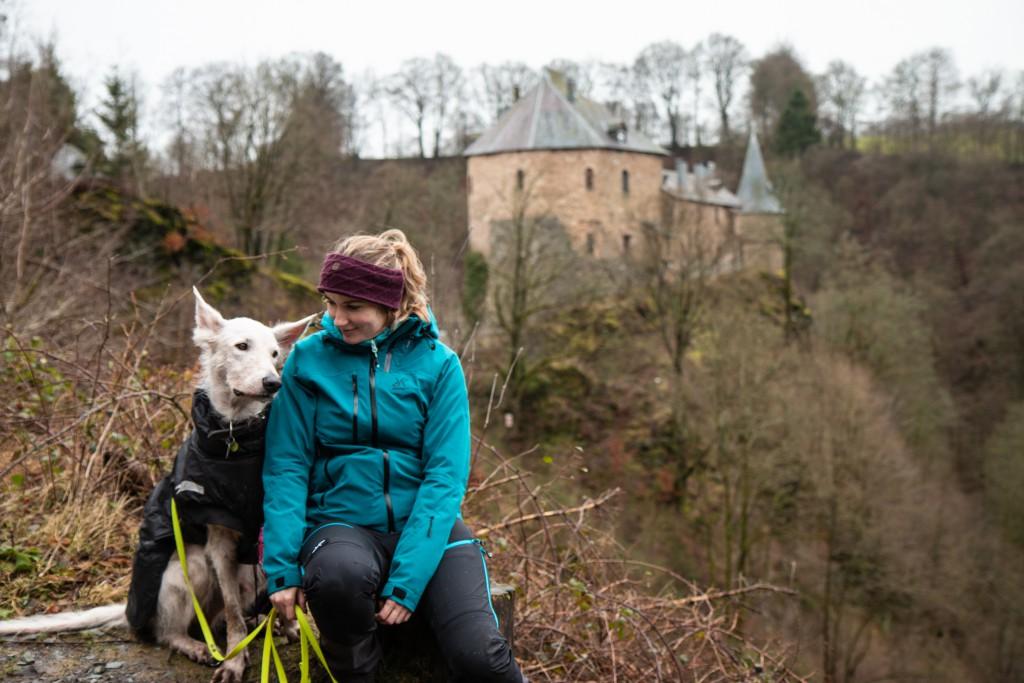 In der Eifel vor einer Burg
