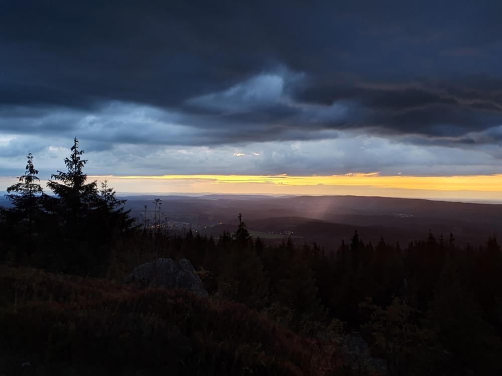Blaue Stunde auf der Wolfswarte im Harz