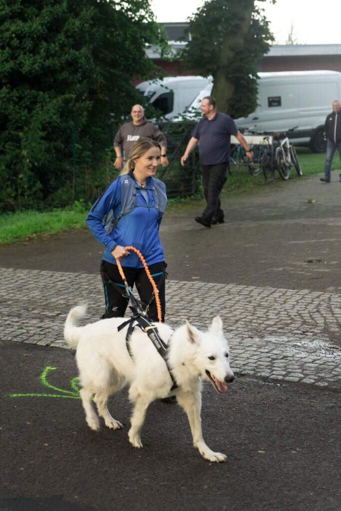 Mit Hund beim Heldenmarsch in Schwerin